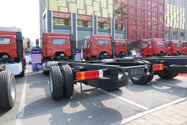 一汽解放 J6L中卡 质惠版 220马力 4X2 6.75米栏板载货车底盘(CA1180P62K1L4E5)